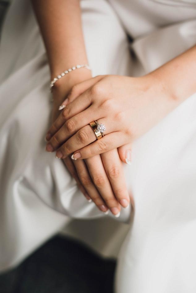 Pierścionki zaręczynowe – porady, jak wybierać