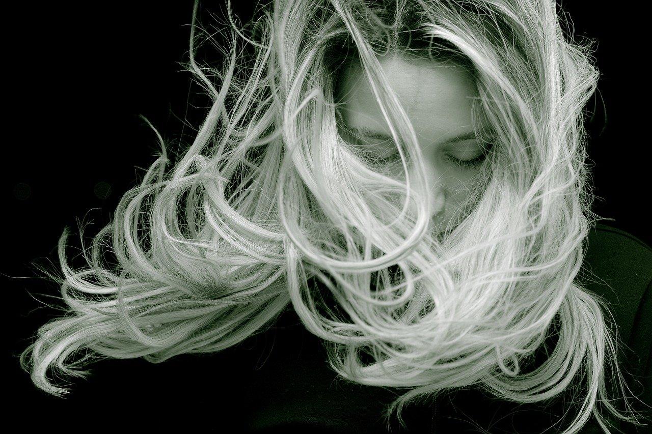 Czy rozjaśniacz niszczy włosy?