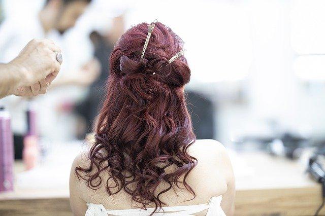 Jak wybrać dobry lakier do włosów?