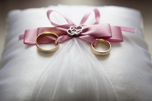 Na której ręce nosi się obrączkę po ślubie?